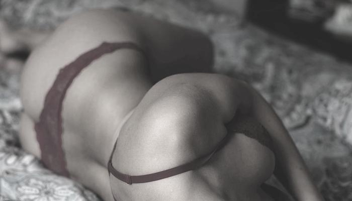 ベッドに横たわる下着姿の女性